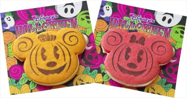 左のミッキーマウスはパンプキン味、右のミニーマウスはラズベリー味の「ホワイトチョコレートサンドクッキー」(各310円/東京ディズニーランド)