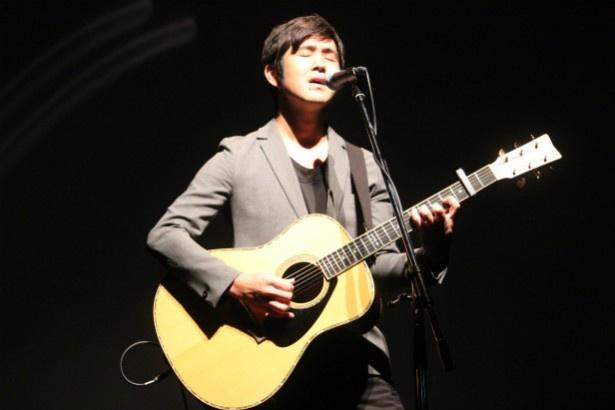 藤巻亮太は、主題歌「アメンボ」をライブで熱唱
