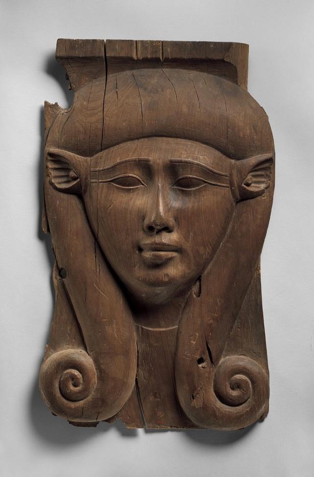 ハトホル女神の象徴がついた建物装飾