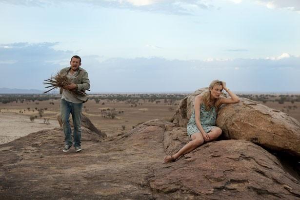 砂漠で遭難してしまう2人。少しづつ絆を深めていく