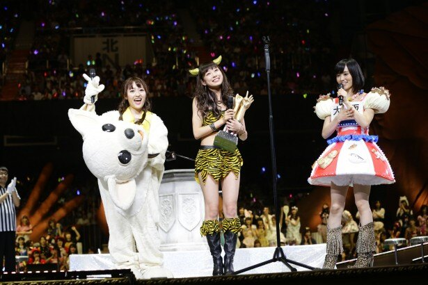 同じNMB48のメンバーである小谷里歩(写真左)と山本彩(写真右)も大喜び