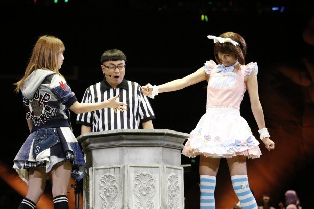 過去4回のじゃんけん大会で初戦敗退だった宮崎美穂が準々決勝に進む(写真左)