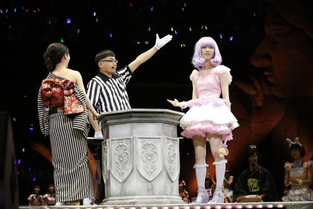 勝ったのになぜか不満げな島崎遥香(写真右)