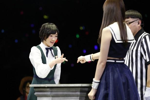 「勝てば小嶋の胸を触らせてもらえる」という条件で勝負するも、負けてしまった生駒里奈(写真左)