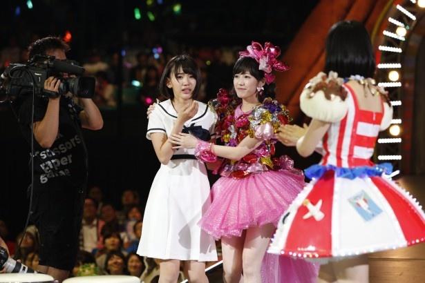 38thシングルでWセンターを務める宮脇咲良と渡辺麻友(写真左から)