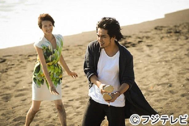 【写真を見る】ホステスとして働き始めた利佳子(吉瀬美智子)は、給料を前借してスマホを購入。スペイン・バルセロナに旅立った加藤(北村一輝)に真っ先に連絡するが…