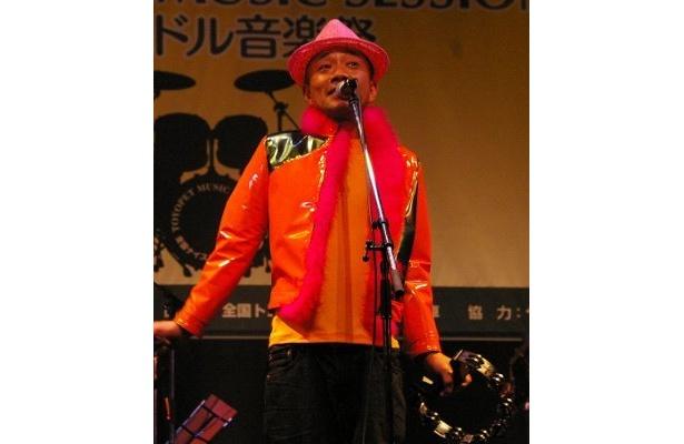 ノリノリでおちゃめに歌う竹中直人