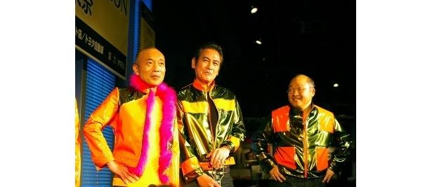 派手なオレンジ×ゴールドの衣装で登場したメンバーたち
