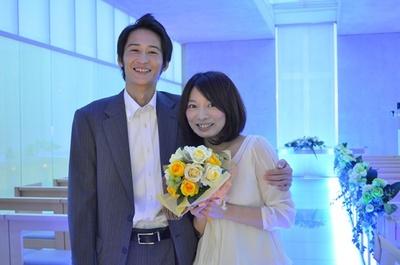 幸せいっぱいの笑顔でプロポーズ成功のサインを出せば、 スタッフによる祝福の花束プレゼントと記念撮影が/プロポーズ当日の流れ(7/9)