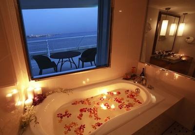 スイートのバスルームからも、神戸のオーシャンビューが一望できる