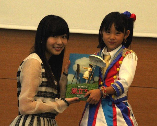 「学生の部」のグランプリを受賞した石田なつみちゃん(写真右)