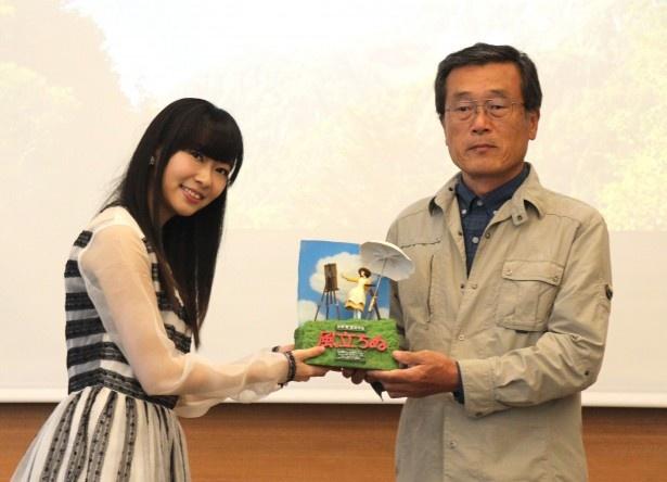 「一般の部」のグランプリ受賞者、稲葉久男さん(写真右)