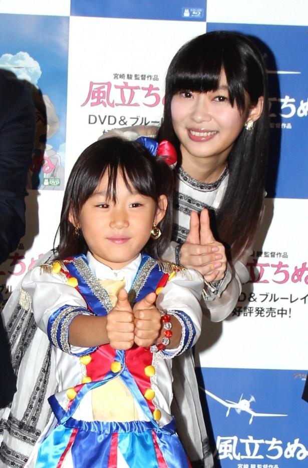 AKB48の衣装を着た石田なつみちゃんと一緒に「恋のフォーチュンクッキー」のポーズを披露