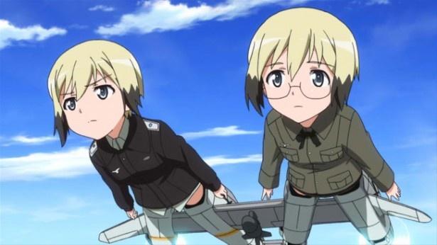 ストライカーユニットを装着し空を飛ぶハルトマン姉妹