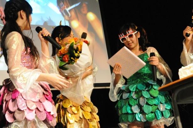 ライブでは8月25日に14歳になった竹内を祝福