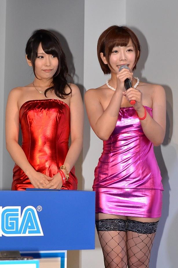 『龍が如く0 誓いの場所』のイベントに登壇した、セクシー女優の有村千佳さん(左)と紗倉まなさん(右)