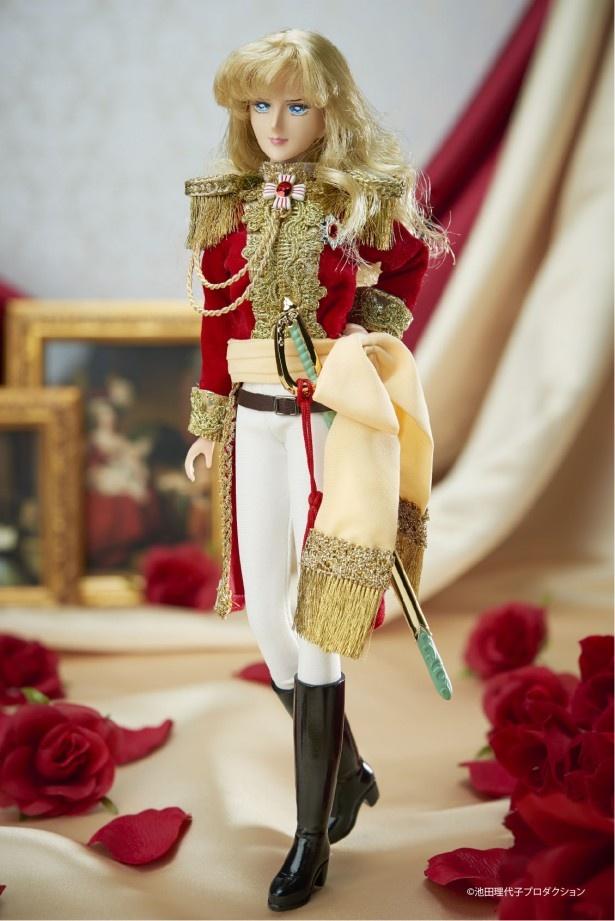 """【写真を見る】ゴールド素材をふんだんに使った、凛々しい軍服姿。サッシュベルトの""""ふわっと""""感、美脚の再現も見事"""