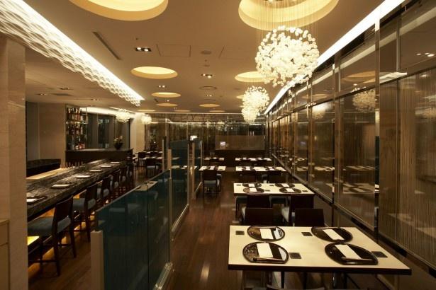 【写真を見る】モダンな雰囲気のインテリアが施された開放的な空間が居心地良い店内