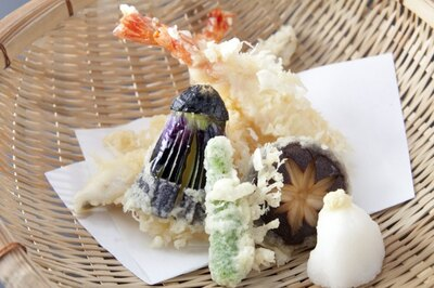 旬の魚介と野菜を盛り合わせた「天ぷらの盛り合わせ」