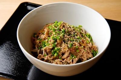 「肉そば ごん」の『肉そば850円』。山盛りの牛肉はうま味を最大限に引き出し、さらにネギ油で香ばしさもプラス