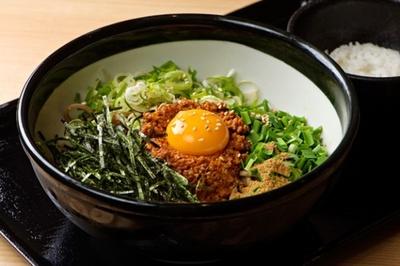 【写真を見る】肉味噌と山椒が食欲をそそる「肉そば ごん」の『シビレまぜそば850円』。小ライス付きで、残った肉辛みそと混ぜて食べると激ウマ