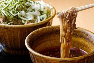 「なぜ蕎麦にラー油を入れるのか。」の『肉そば790円』。この店では小盛り(200g)から大盛り(350g)まで、すべて同じ価格