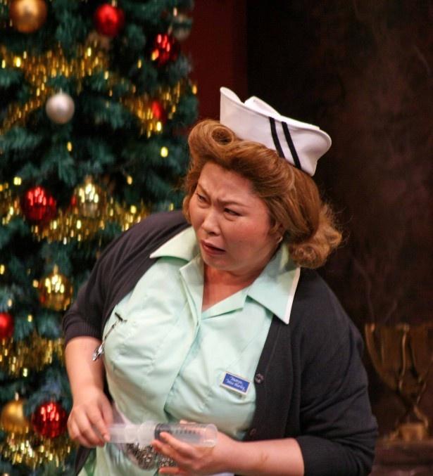 キャラの濃い看護婦長を演じる池谷のぶえは、塚田演じるレズリーにお尻に注射される場面も
