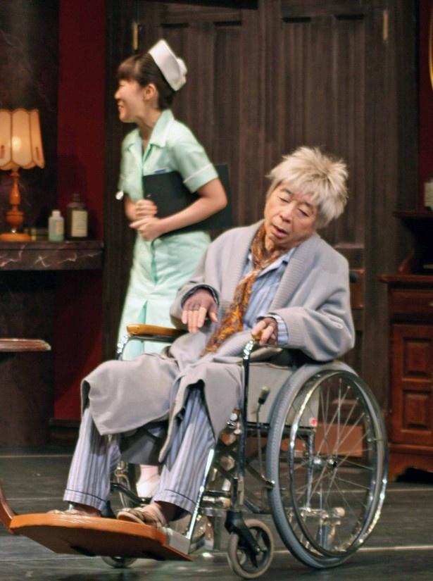 病院患者を演じる綾田俊樹の、とぼけた演技も見逃せない
