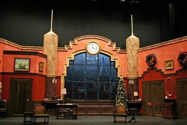 クリスマスの3日前が舞台となっているため、ステージ上にはクリスマスツリーが