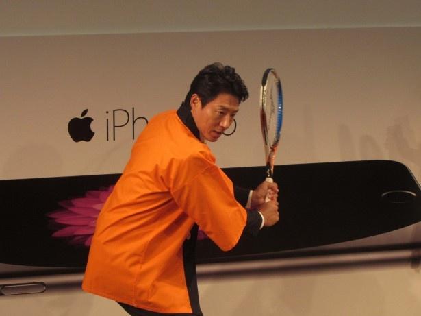 """松岡はテニスのフォームでauの""""早さ""""を表現"""