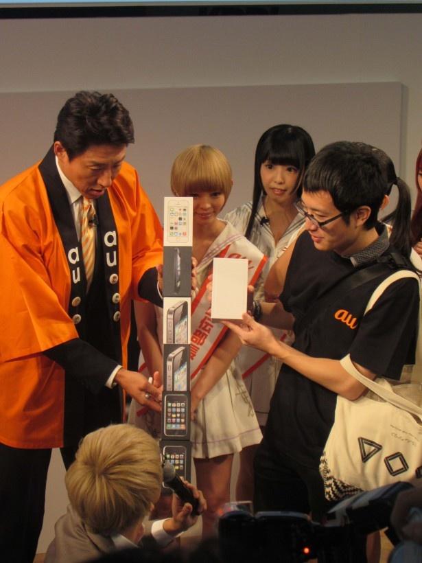 歴代iPhoneパッケージを持参した購入者に松岡も驚き