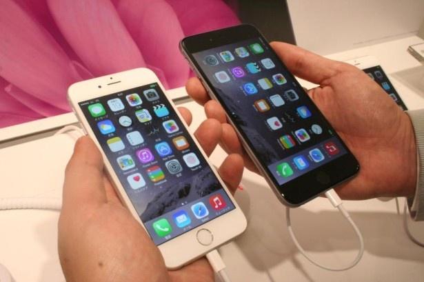 iPhone 6(写真左)とiPhone 6 Plus(写真右)