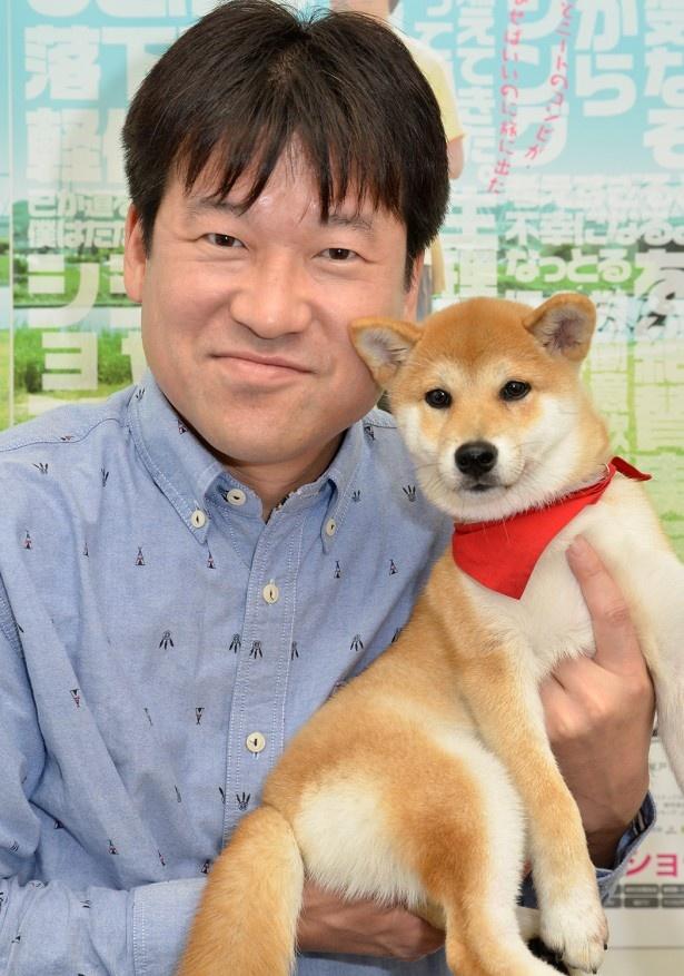 共演した柴犬との再会に満面の笑みを浮かべる佐藤