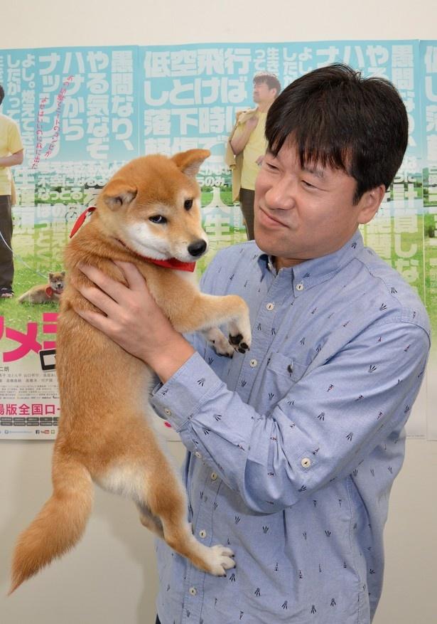 慣れた雰囲気で柴犬と接する佐藤