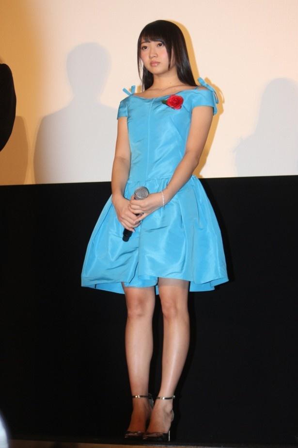 木崎ゆりあは、鮮やかなコバルトブルーのワンピースで登壇