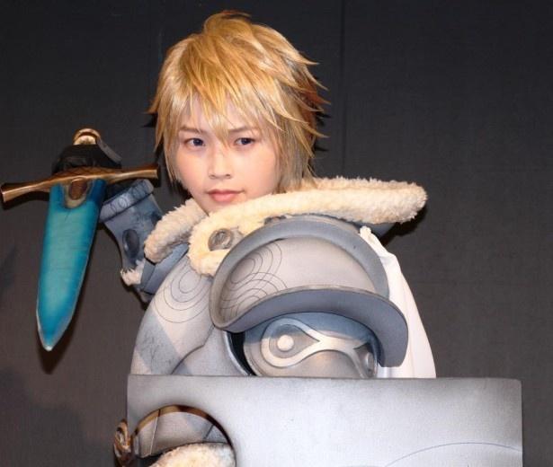 横田は「作品内では、とにかくカッコつけています!」とアピール