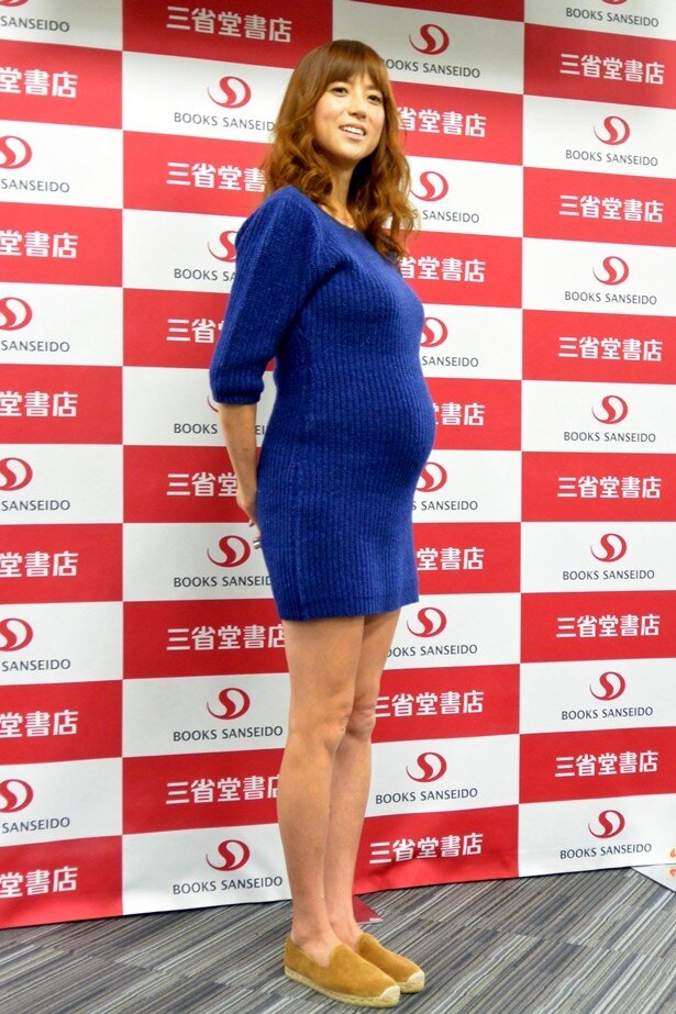 【写真を見る】妊娠9カ月目に入ったhitomiがミニワンピースで美脚を披露!