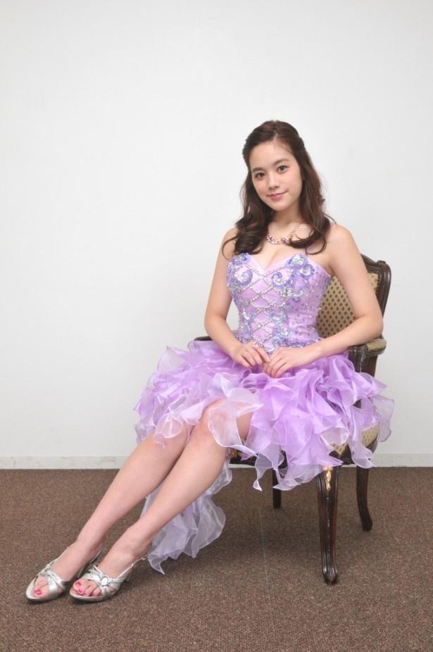 【写真を見る】「衣装はコルセット型のものが多くて意外と苦しい…」と苦笑いする筧美和子