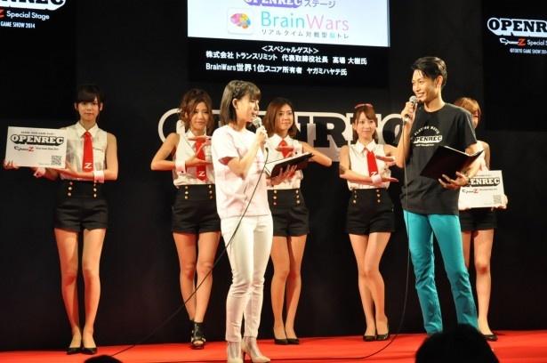 東京ゲームショウ2014より、CyberZブースで行われたBrainWarsステージ。美人コンパニオンとMCのトークに期待が高まる!