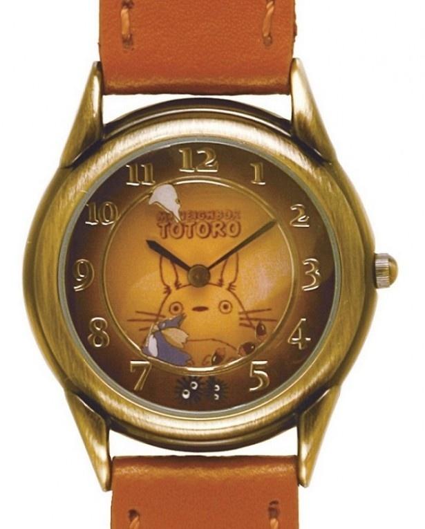 「となりのトトロ 回転腕時計 トトロ」は、小トトロを中トトロが追いかけているようなデザインの回転盤が、秒針の代わりに時を刻む。サイズ:約35×H235mm