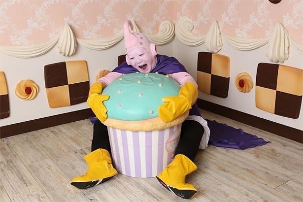 カップケーキにかじりつく魔人ブウ