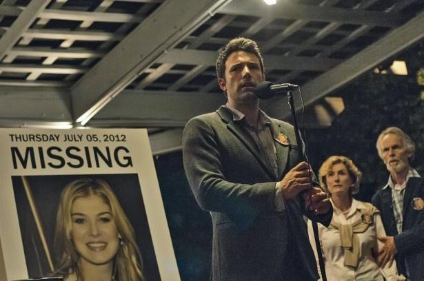 【写真を見る】過熱する報道陣に追いつめられる主人公ニックを演じるベン・アフレック