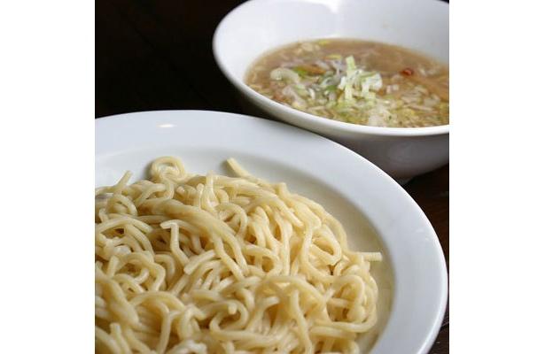 【なか星】「つけめん」(¥630)。小麦粉の風味とコシのある中太ちぢれ麺の食感と、ふわりニンニクチップとラー油、酢が香る優しきつけ汁