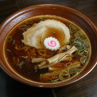 【らあめん ひら石】「醤油らあめん」(¥662)。濃いめの醤油テイストに、研ぎ澄まされた煮干し風味が。透き通る熱々の醤油スープも見事な出来栄え