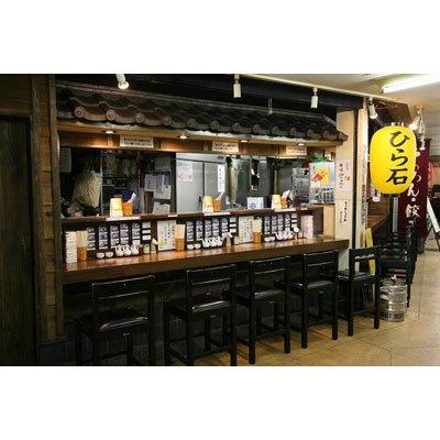 【らあめん ひら石】食材店や飲食店が軒を連ねる市場の一画。通路との隔たりのない、カウンターのみの雰囲気は、その気軽さも魅力の一つだ