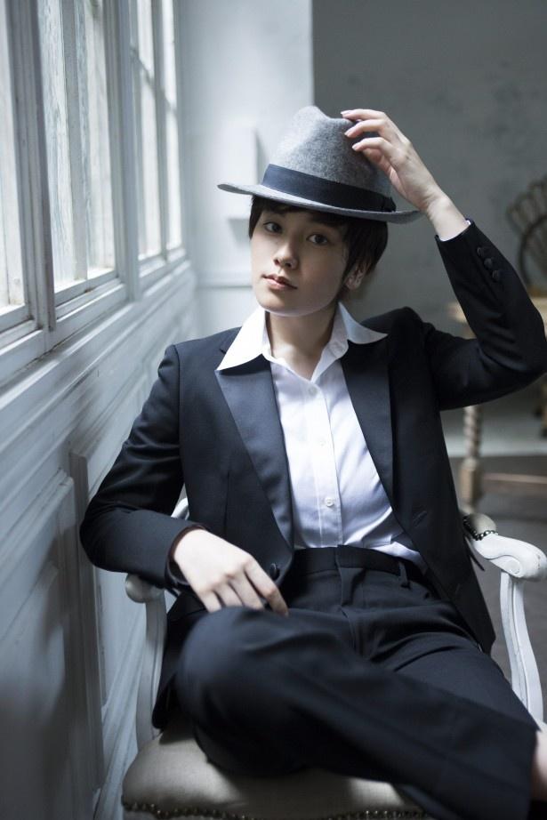 スーツとハットで決めたミュージシャン風の男装を披露