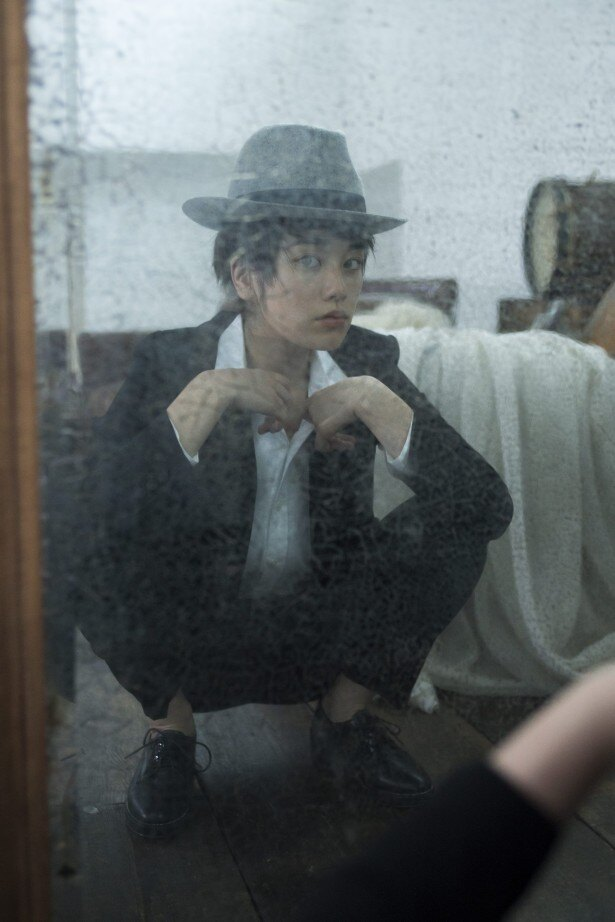 【写真を見る】鏡の前でガッとしゃがんだり、大胆ポーズも!