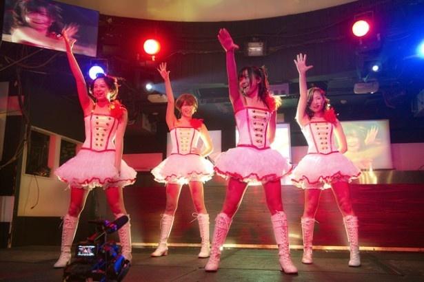 【写真を見る】元AKB48の加弥乃と共に、武田梨奈、清野菜名らがミニスカでダンスを披露
