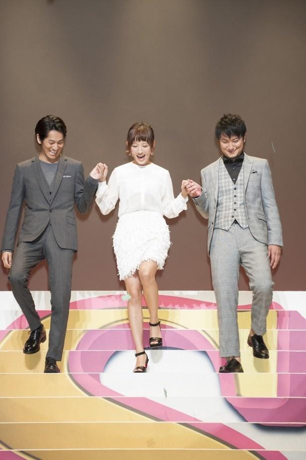 【写真を見る】武井の恋敵を演じた夏菜は短めのスカートで美脚を披露。永山絢斗、上地雄輔にエスコートされ、階段を下りる