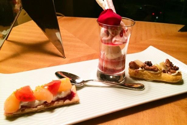 左から、桃とトマトのタルティーヌ 、ルバーブとフィグのベリーニ、チキンとショコラのエクレア